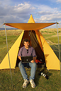GOBI DESERT, MONGOLIA..08/31/2001.Tsagan Gol, near Bayangovi. Camp of Nomad Tours. Heimo Aga captioning digital images from his Canon EOS D30 on his Apple PowerBook..(Photo by Heimo Aga).