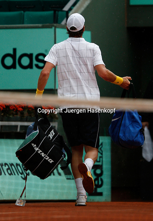 French Open 2010, Roland Garros, Paris, Frankreich,Sport, Tennis, ITF Grand Slam Tournament, Tomas Berdych (CZE) fluechtet vor dem Regen,..Foto: Juergen Hasenkopf..