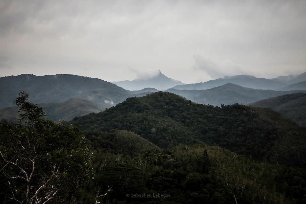 La chaine centrale du nord de la Grande-Terre sous la brume - Nouvelle Calédonie 2013