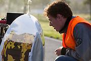 Een engineer controleert de fiets. In Helmond test het HPT hun nieuwe fiets op de A270. In september wil het Human Power Team Delft en Amsterdam, dat bestaat uit studenten van de TU Delft en de VU Amsterdam, tijdens de World Human Powered Speed Challenge in Nevada een poging doen het wereldrecord snelfietsen voor vrouwen te verbreken met de VeloX 7, een gestroomlijnde ligfiets. Het record is met 121,44 km/h sinds 2009 in handen van de Francaise Barbara Buatois. De Canadees Todd Reichert is de snelste man met 144,17 km/h sinds 2016.<br /> <br /> In Helmond the HPT tests the new bike on the highway A270. With the VeloX 7, a special recumbent bike, the Human Power Team Delft and Amsterdam, consisting of students of the TU Delft and the VU Amsterdam, also wants to set a new woman's world record cycling in September at the World Human Powered Speed Challenge in Nevada. The current speed record is 121,44 km/h, set in 2009 by Barbara Buatois. The fastest man is Todd Reichert with 144,17 km/h.