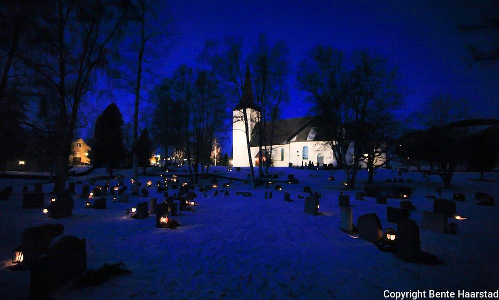 Tente lys på kirkegården. Selbu kirke. Den eldste delen av kirken er fra 1100-tallet og romansk. Tårnet fra 1200-tallet var opprinnelig frittstående. Det har spissbue som etteraper gotisk stil, men som ikke har gotisk bærefunksjon. Kirken ble på 1800-tallet betydelig utbygd i to omganger. Det som sannsynligvis var den originale inngangsportalen fra 1100-tallet, er fremdeles synlig fra kapellet i tårnfoten.