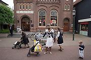 Winkelend publiek in het centrum van Barneveld.<br /> <br /> Shopping in Barneveld.