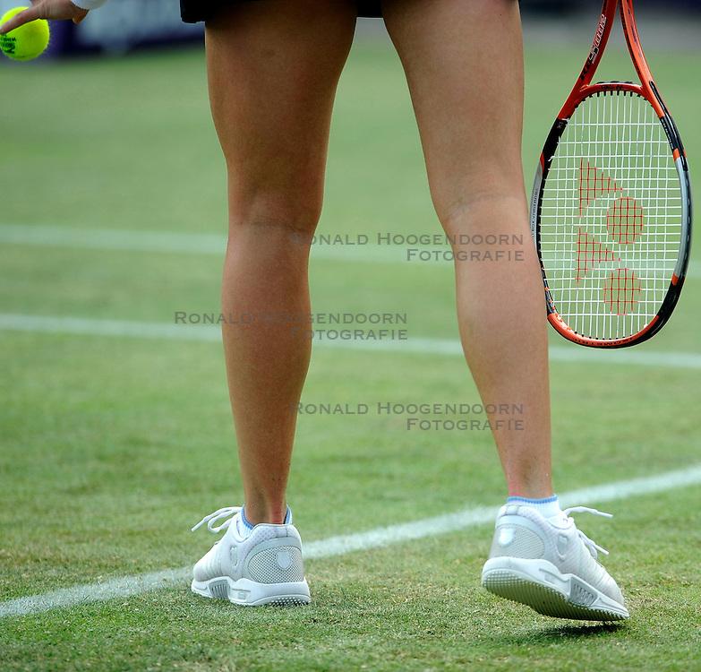 16-06-2008 TENNIS: ORDINA OPEN: ROSMALEN<br /> Bal. Racket en schoenen grastoernooi service tennis item creative<br /> &copy;2008-WWW.FOTOHOOGENDOORN.NL