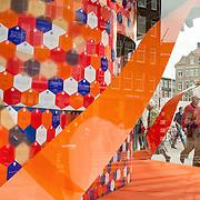 Amsterdam, 25-04-2013. Ter voorbereiding op de abdicatie/inhuldiging op 30 april zijn verschillende gebouwen, ondernemingen versiert.  De afgelopen maanden schreven bezoekers van de Bijenkorf vele felicitaties aan de Koning en dankbetuigingen aan de Koningin. Hiermee zijn een paar etalages van de Bijenkorf aan de Dam gevuld.