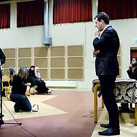 Nederland, Amsterdam , 10 februari 2011..Wethouder Lodewijk Asscher ligt onder vuur door een belangenbehartiger van Islamitische ouders dhr, Redouan Iboualatsen tijdens discussieavond in Islamitisch College op de Jacob Geelstraat voor Islamitische ouders omtrent thuisonderwijs ..Op de foto Asscher in gesprek met 1 van de ouders van kinderen van het Islamitisch college..Foto:Jean-Pierre Jans
