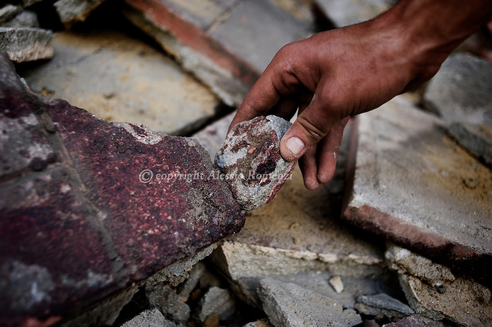 An anti-gouvernment protester shows blod stained stones in Tahrir square in Cairo on February 3, 2010. © ALESSIO ROMENZI