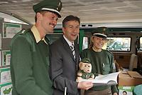 11 JUL 2001, BERLIN/GERMANY:<br /> Klaus Wowereit (M), SPD, Reg. Buergermeister Berlin, mit zwei Polizisten des Polizei Info-Mobils und einem Polizei-Teddy, auf dem Sommerfest der Berliner SPD, Osram Hoefe<br /> IMAGE: 20010711-02-009<br /> KEYWORDS: Bürgermeister, police
