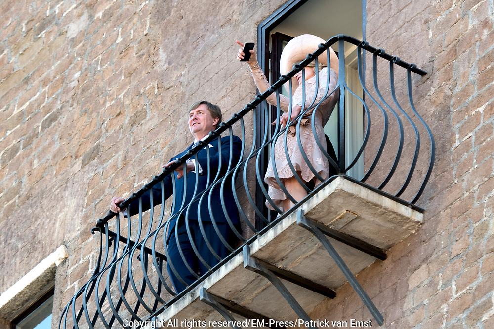 Staatsbezoek van Koning en Koningin aan de Republiek Italie - dag 1 - Rome /// State visit of King and Queen to the Republic of Italy - Day 1 - Rome<br /> <br /> Op de foto / On the photo:  Koning Willem-Alexander en koningin Maxima worden begroet door de burgemeester van Rome, Virginia Raggi, bij de Capitolijn of het Capitool .  Vanaf het balkon kijken ze uit op de Forum Romanum<br /> <br /> King Willem-Alexander and Queen Maxima are greeted by the mayor of Rome, Virginia Raggi, by the Capitol Line or the Capitol. From the balcony they look out over the Roman Forum<br /> <br /> <br /> <br /> King Willem-Alexander and Queen Maxima meet Italy's Italian Prime Minister Paolo Gentiloni during the state visit to Italy with Queen Maxima