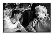 Mie Branders, naast gemeenteraadslid voor PVDA+, arts bij Geneeskunde voor het volk,  bezoekt en verzorgt een 90jarige patiente in een lokaal rusthuis. Geneeskunde voor het volk zorgen voor gratis eerstelijnszorgen voor hun patiënten.