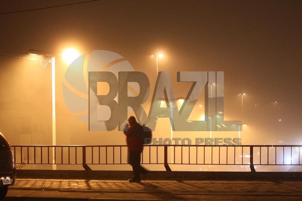 SAO PAULO, SP, 06/08/2013, NEBLINA. Sao Paulo amanheceu sob forte neblina nessa terca-feira (6), fotos feitas na regiao central da capital paulista. LUIZ GUARNIERI/BRAZIL PHOTO PRESS.