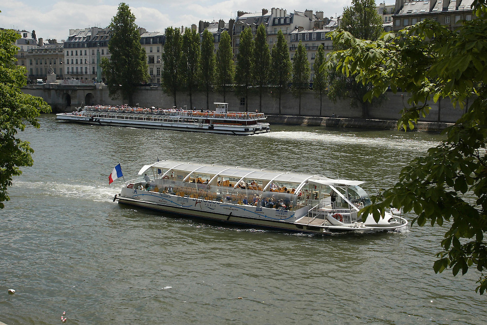 The Batobus is a common sight on the Seine River, Paris, France, May 31, 2006. It is one of the more efficient methods of moving large numbers of tourists up and down the river with stops at all the  tourist spots such as the EifflelTower. Credit:SNPA / Rob Tucker