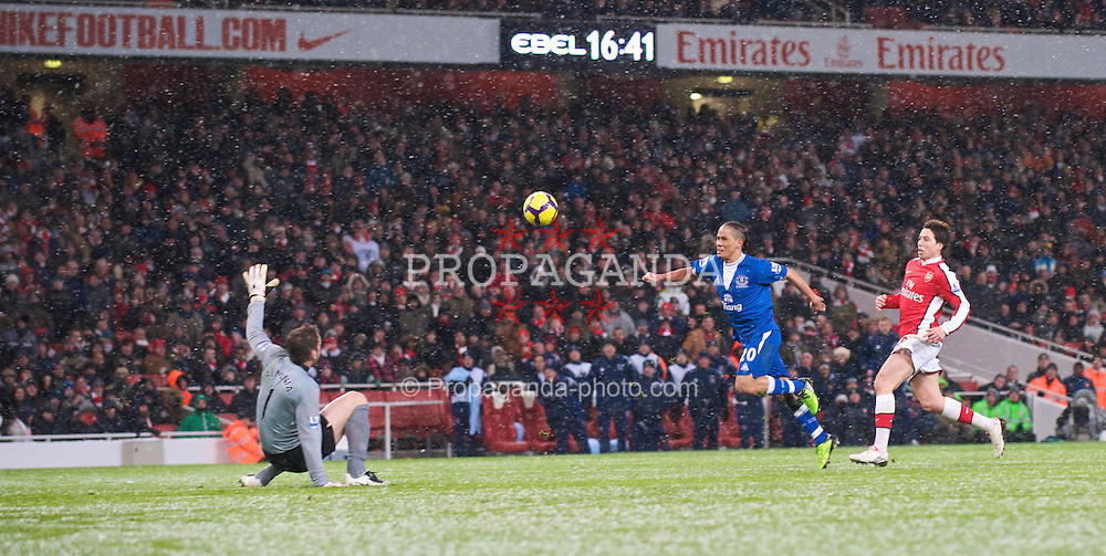 LONDON, ENGLAND - Saturday, January 9, 2010: Everton's Steven Pienaar chips the ball over Arsenal's goalkeeper Manuel Almunia to score the second goal during the Premiership match at the Emirates Stadium. (Photo by David Rawcliffe/Propaganda)