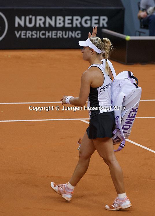 GER-UKR, Deutschland - Ukraine, <br /> Porsche Arena, Stuttgart, internationales ITF  Damen Tennis Turnier, Mannschafts Wettbewerb,<br /> ANGELIQUE KERBER (GER) bedankt sich bei den Fans,