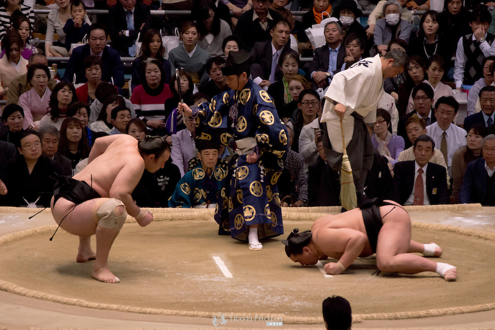In form Mongolian Harumafuji wins easily against a struggling Bulgarian Kotooshu in the Osaka Spring Tournament.