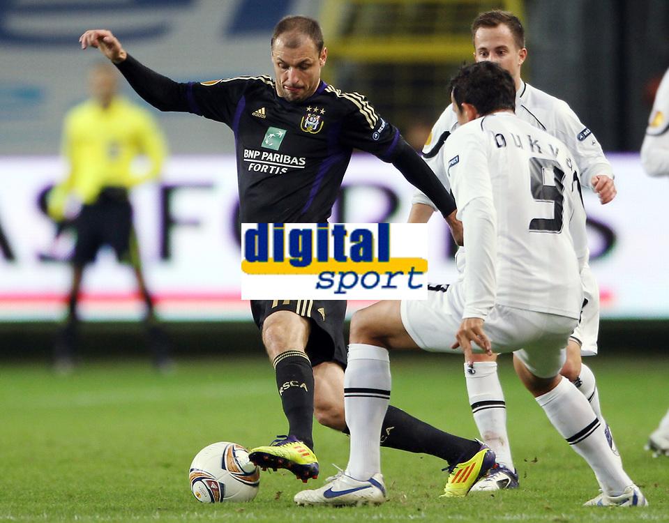 Fotball<br /> Østerrike<br /> Foto: Gepa/Digitalsport<br /> NORWAY ONLY<br /> <br /> 03.11.2011<br /> UEFA Europa League, Gruppenphase, RSC Anderlecht vs SK Sturm Graz<br /> <br /> Bild zeigt Milan Jovanovic (Anderlecht) und Haris Bukva (Sturm).