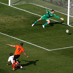 14.06.2010, Soccer City Stadium, Johannesburg, RSA, FIFA WM 2010, Niederlande vs Dänemark im Bild Robin Van Persie of Netherlands shoots wide of goal past Thomas Sorensen of Denmark, EXPA Pictures © 2010, PhotoCredit: EXPA/ IPS/ Mark Atkins / SPORTIDA PHOTO AGENCY