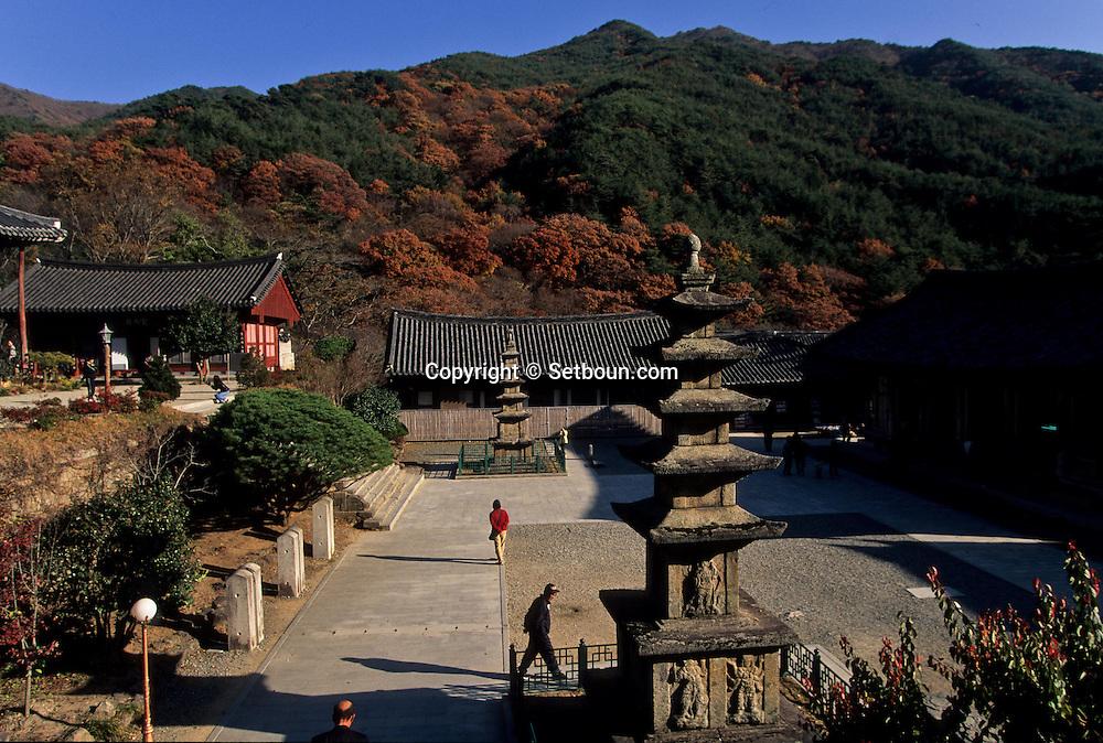 Hwaomsa temple Shogye Zen sect, in the Chirisan park  Seoul  Korea   temple bouddhiste de Hwaomsa, secte zen Shogye, parc de Chirisan  Hwaemsa  coree  ///R20134/    L0006883  /  R20134  /  P105153///Niche au coeur de forêts de pins et de théiers sauvages plantés en 850, le temple de la guirlande de fleurs, Hwaeom-sa, abrite le JANGYUK JEON, l'un des plus grands halls bouddhiques de Corée.