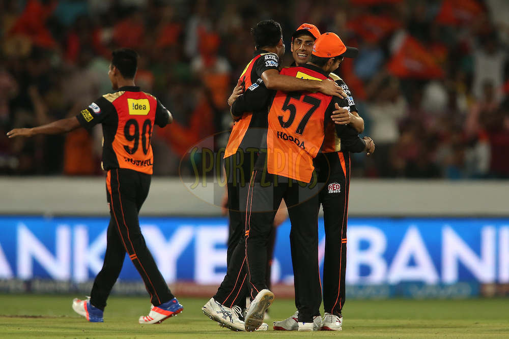 Barinder Singh Sran of Sunrisers Hyderabad is congratulated by Ashish Nehra of Sunrisers Hyderabad and Deepak Hooda of Sunrisers Hyderabad for running out Shane Watson of Royal Challengers Bangalore during match 27 of the Vivo IPL 2016 (Indian Premier League) between the Sunrisers Hyderabad and the Royal Challengers Bangalore held at the Rajiv Gandhi Intl. Cricket Stadium, Hyderabad on the 30th April 2016<br /> <br /> Photo by Shaun Roy / IPL/ SPORTZPICS