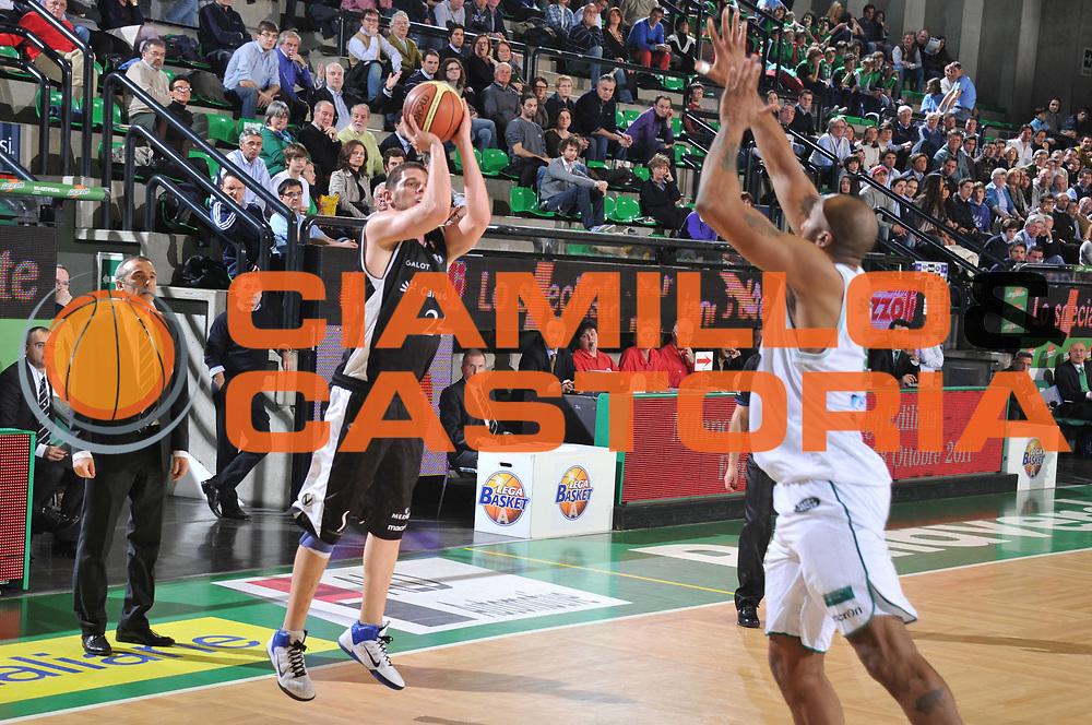 DESCRIZIONE : Treviso Lega A 2010-11 Benetton Treviso Canadian Solar Bologna<br /> GIOCATORE : Valerio Amoroso<br /> SQUADRA : Benetton Treviso Canadian Solar Bologna<br /> EVENTO : Campionato Lega A 2010-2011 <br /> GARA : Benetton Treviso Canadian Solar Bologna<br /> DATA : 26/03/2011<br /> CATEGORIA : Tiro Three Points<br /> SPORT : Pallacanestro <br /> AUTORE : Agenzia Ciamillo-Castoria/M.Gregolin<br /> Galleria : Lega Basket A 2010-2011 <br /> Fotonotizia : Treviso Lega A 2010-11 Benetton Treviso Canadian Solar Bologna<br /> Predefinita :