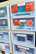 Komponenter till geigermätare som tillverkas hos Safecast, Tokyo, Japan.