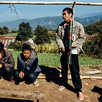 HSSU 20150409 TNLA kapinallisryhmä Shanin osavaltiossa, Myanmar. Viljelijät ja taustalla vasta katkottu unikkoviljelmä. Kuva: Benjamin Suomela