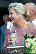Koningin Maxima brengt een bezoek aan het Alzheimer Trefpunt De Til. Alzheimer Nederland viert dit jaar haar 35-jarig bestaan. <br /> <br /> Queen Maxima is visiting the Alzheimer Trefpunt De Til. Alzheimer Nederland is celebrating its 35th anniversary this year.