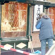 Overval juwelier Köhler Brink Laren, raam kapot geslagen met mokers, technische recherche neemt foto's