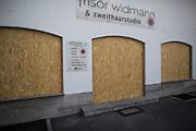 Deutschland | Garmisch-Partenkirchen | 05.06.2015: G7 Gipfel in Elmau bei Garmisch-Partenkirchen. Protestzug mit ca. 450 Teilnehmern vom Camp zum Marschall-Komplex der US Armee in Garmisch.<br /> <br /> hier: Vernagelte Gesch&auml;fte entlang der Demoroute<br /> <br /> 20150605<br /> <br /> NUTZUNG HONORARPFLICHTIG!<br /> [Inhaltsveraendernde Manipulation des Fotos nur nach ausdruecklicher Genehmigung des Fotografen. Vereinbarungen ueber Abtretung von Persoenlichkeitsrechten/Model Release der abgebildeten Person/Personen liegt/liegen nicht vor.] [No Model Release | No Property Release]