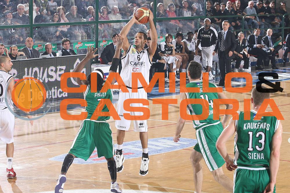 DESCRIZIONE : Ferrara Lega A1 2008-09 Carife Ferrara Montepaschi Siena<br /> GIOCATORE : Oluoma Nnamaka<br /> SQUADRA : Carife Ferrara<br /> EVENTO : Campionato Lega A1 2008-2009 <br /> GARA : Carife Ferrara Montepaschi Siena<br /> DATA : 15/02/2009 <br /> CATEGORIA : tiro<br /> SPORT : Pallacanestro <br /> AUTORE : Agenzia Ciamillo-Castoria/M.Marchi