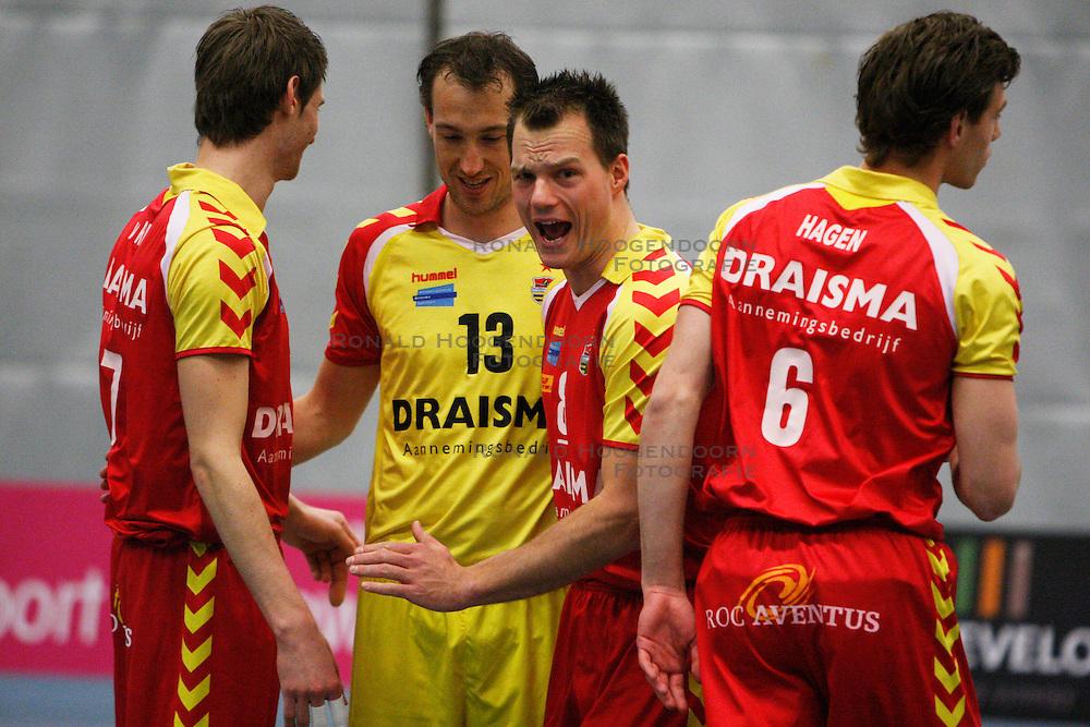 01-04-2012 VOLLEYBAL: A - LEAGUE HEREN 3E/4E PLAATS NETWERK STV - DRAISMA DYNAMO: TILBURG<br /> Niels Plinck, Draisma Dynamo vraagt het uiterste van zijn medespelers<br /> &copy;2012-FotoHoogendoorn.nl / Pim Waslander