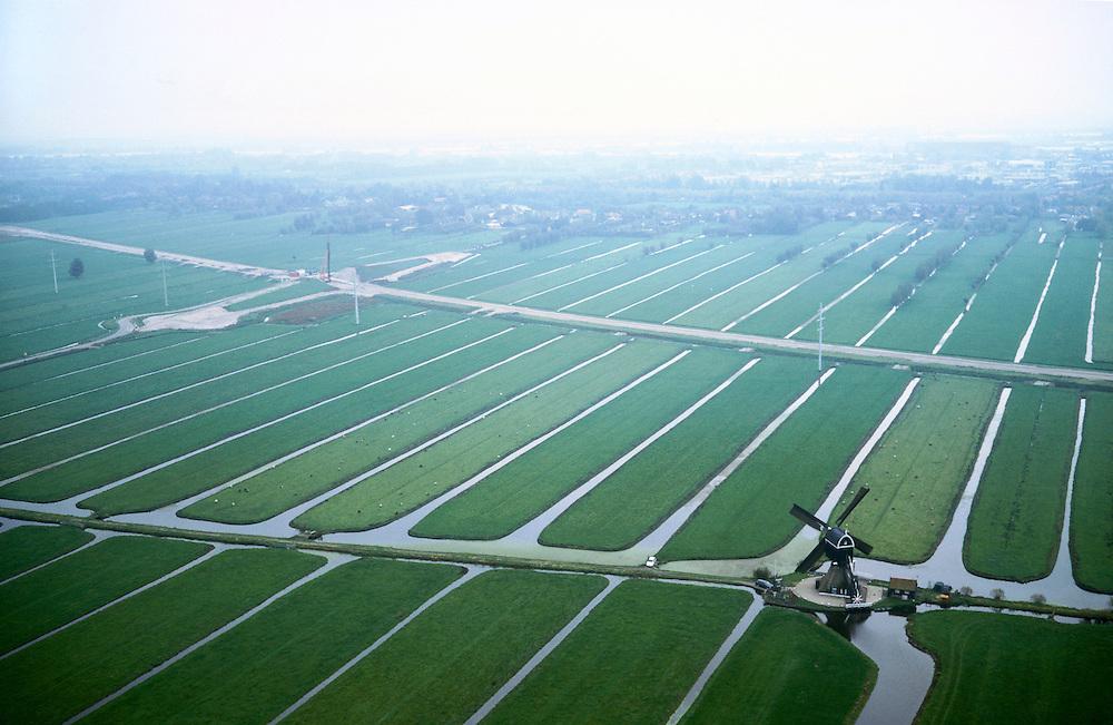 Nederland, polder Binnentiendsweg ten  N van Hardinxveld - Giessendam (ad horizon), 17-10-2001.Tiendswegse molen (tienden - bijbelse belasting) met daar boven het zandlichaam voor de Betuweroute en aanleg viaduct over toekomstig spoorlijn;  sloten weiland drainage ruilverkaveling.<br /> luchtfoto (toeslag), aerial photo (additional fee)<br /> photo/foto Siebe Swart