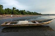 Extracción de almejas de forma artesanal. Pueblo de Taimati en la costa del  golfo de San Miguel, Provincia de Darien,  Océano Pacífico de Panamá.   El golfo de San Miguel es el estuario más grande de Panamá, con una extensión de unos 1,760 km2.  La comunidad de Taimati  esta conformada por indígenas Embera-Wounaan y criollos dedicados principalmente a la pesca artesanal y cultivos como el arroz, yuca y plátanos.