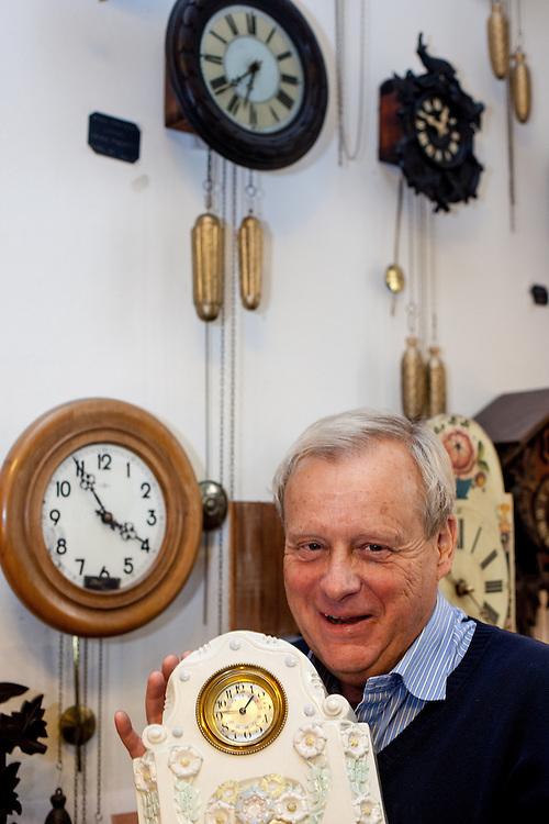 """Der Besitzer des Uhrengeschäft """"Old Clocks"""" in der Maislova Strasse."""