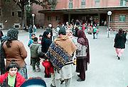 Spanje, Barcelona, 10-1-2004..Kinderen van een school voor lager onderwijs worden op de speelplaats opgewacht door hun ouders. Multicultureel...Foto: Flip Franssen