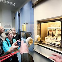 Nederland, Amsterdam , 5 oktober 2010..Rondleiding en uitleg in de geheel nieuwe Radio Nucliden Lab van Vu en Vumc..Een belangrijke beeldvormende techniek is Positron Emissie Tomografie (PET) PET onderscheidt zich doordat biologische processen in het lichaam zichtbaar gemaakt kunnen worden. PET wordt zowel gebruikt in de gezondheidszorg als diagnostisch instrument als ook in het medisch biologisch onderzoek. Daarnaast wordt PET in toenemende mate gebruikt bij de ontwikkeling van medicijnen..Om de ambities van VUmc en VU te ondersteunen is het nieuwe PET radiofarmaca productielaboratorium gerealiseerd....Foto:Jean-Pierre Jans