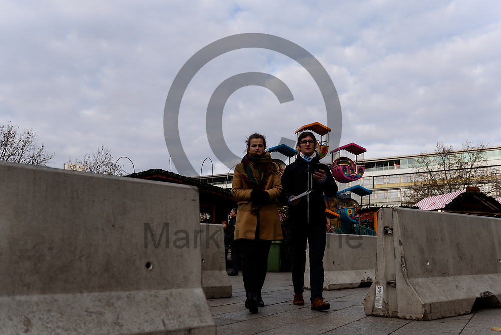 Deutschland, Berlin - 27.11.2017<br /> <br /> Besucher betreten den Markt durch Betonsperren die Fahrzeuge daran hindern sollen auf den Markt zu fahren. Der Weihnachtsmarkt am Breitscheidplatz er&ouml;ffnet heute zum 34. mal seine Pforten f&uuml;r die Besucher. Am 19. Dezember 2016 fuhr der islamistische Attent&auml;ter Anis Amri mit einem LKW in die Besuchermenge des Marktes und t&ouml;tete elf Besucher.<br /> <br /> Germany, Berlin - 27.11.2017<br /> <br /> Visitors enter the market through concrete barriers that are designed to prevent vehicles from entering the market. The Christmas market on Breitscheidplatz opens its doors for visitors for the 34th time today. On 19 December 2016, the Islamist assassin Anis Amri drove a truck in the crowd of the market and killed eleven visitors.<br /> <br />  Foto: Markus Heine<br /> <br /> ------------------------------<br /> <br /> Ver&ouml;ffentlichung nur mit Fotografennennung, sowie gegen Honorar und Belegexemplar.<br /> <br /> Bankverbindung:<br /> IBAN: DE65660908000004437497<br /> BIC CODE: GENODE61BBB<br /> Badische Beamten Bank Karlsruhe<br /> <br /> USt-IdNr: DE291853306<br /> <br /> Please note:<br /> All rights reserved! Don't publish without copyright!<br /> <br /> Stand: 11.2017<br /> <br /> ------------------------------