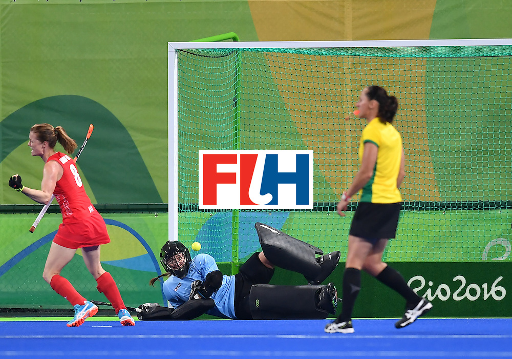 Britain's Helen Richardson-Walsh (L) scores a goal during the women's semifinal field hockey New Zealand vs Britain match of the Rio 2016 Olympics Games at the Olympic Hockey Centre in Rio de Janeiro on August 17, 2016. / AFP / MANAN VATSYAYANA        (Photo credit should read MANAN VATSYAYANA/AFP/Getty Images)