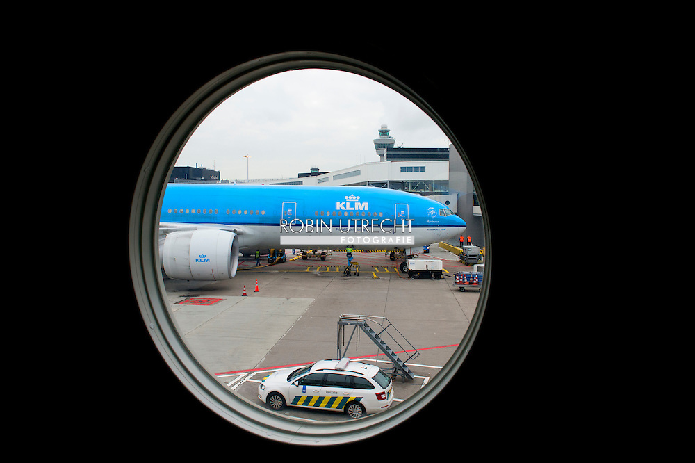 SCHIPHOL - Reizigers op schiphol klm vliegen , verkeer , reizen , vertraging , slapen , vertrekhal , koffer , koffers bagageband , paspoort , controle , aankomsthal , reiziger , klm vliegen vliegtuig , verkeerstoren , landingsbaan , air france