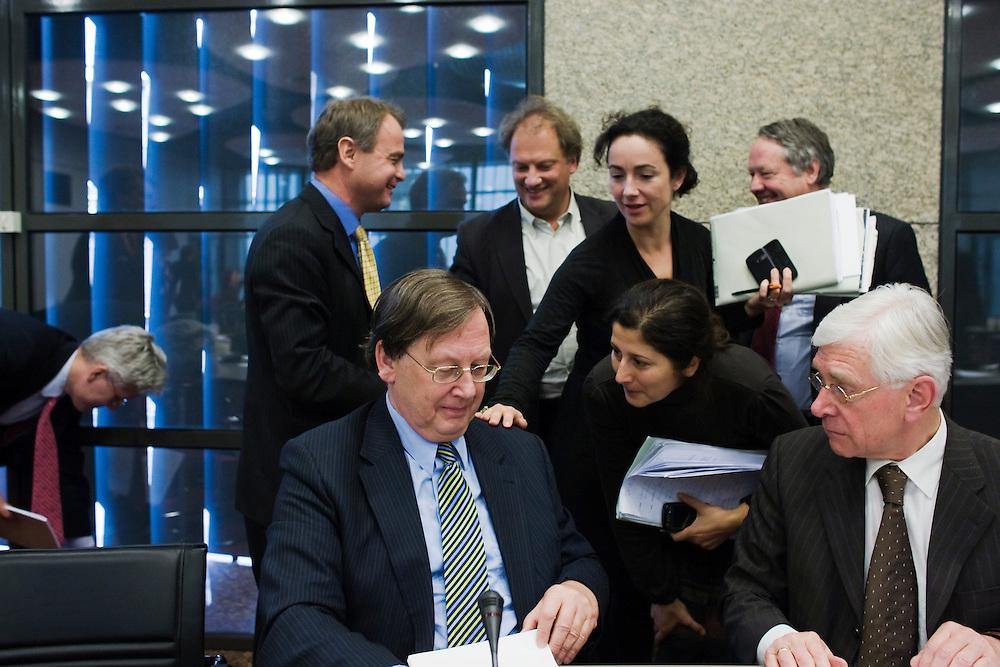 Nederland. Den Haag, 30 oktober 2008.<br /> Hoorziting kamerleden met toezichthouders financiele markten. Nout Wellink wordt bedankt door Kamerleden Halsema en Koser kaya. Achtergrond : Hoogervorst (autoriteit financiele markten) met Cramer en de Neree tot Babberich.<br /> Foto Martijn Beekman<br /> NIET VOOR PUBLIKATIE IN LANDELIJKE DAGBLADEN.