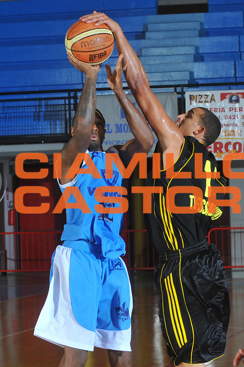 DESCRIZIONE : Caorle Lega A 2009-10 Amichevole Vanoli Basket Cremona Aris Salonicco<br /> GIOCATORE : Troy Bell<br /> SQUADRA : Vanoli Basket Cremona<br /> EVENTO : Campionato Lega A 2009-2010 <br /> GARA : Vanoli Basket Cremona Aris Salonicco<br /> DATA : 13/09/2009<br /> CATEGORIA :  Stoppata<br /> SPORT : Pallacanestro <br /> AUTORE : Agenzia Ciamillo-Castoria/M.Gregolin<br /> Galleria : Lega Basket A 2009-2010 <br /> Fotonotizia : Caorle Lega A 2009-10 Amichevole Vanoli Basket Cremona Aris Salonicco<br /> Predefinita :