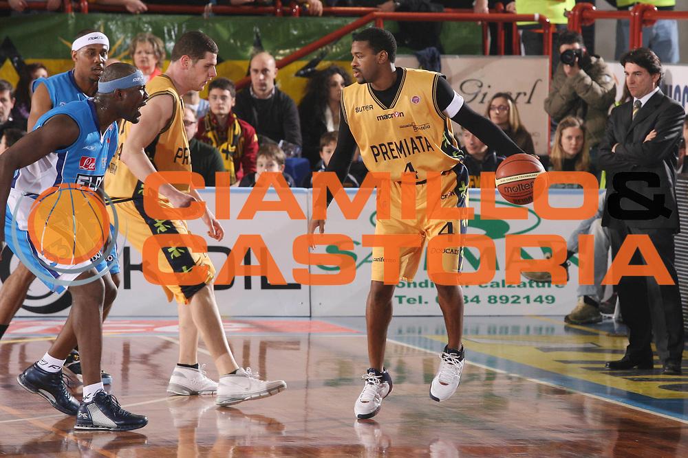 DESCRIZIONE : Porto San Giorgio Lega A1 2007-08 Premiata Montegranaro Eldo Napoli <br /> GIOCATORE : Ricky Minard <br /> SQUADRA : Premiata Montegranaro <br /> EVENTO : Campionato Lega A1 2007-2008 <br /> GARA : Premiata Montegranaro Eldo Napoli <br /> DATA : 23/02/2008 <br /> CATEGORIA : Palleggio <br /> SPORT : Pallacanestro <br /> AUTORE : Agenzia Ciamillo-Castoria/G.Ciamillo