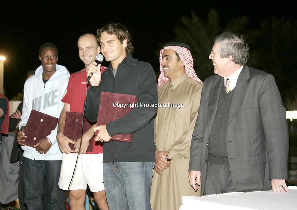 Qatar, Doha, ATP Tennis Turnier Qatar Open 2005, L-R.Gael Monfils (FRA), Ivan Ljubicic (CROA),Scheich Mohamed Bin Faleh Al-Thani,President and General Manager of Exxon Mobil<br />Qatar Inc., Wayne Harms und Roger Federer (SUI), bei einer Ehrung im Al Dana Club, 06.01.2005,<br />Foto: Juergen Hasenkopf