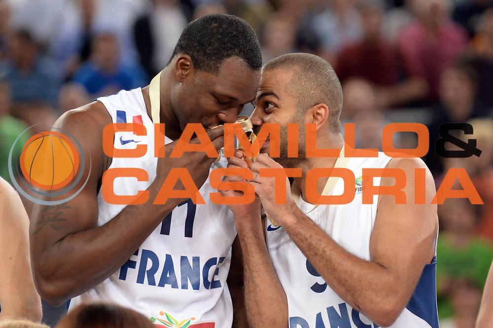 DESCRIZIONE : Lubiana Ljubliana Slovenia Eurobasket Men 2013 Finale Final Francia France Lituania Lithuania<br /> GIOCATORE : Tony Parker Florent Pietrus<br /> CATEGORIA : Premiazione Esultanza <br /> SQUADRA : Francia France <br /> EVENTO : Eurobasket Men 2013<br /> GARA : Francia France Lituania Lithuania<br /> DATA : 22/09/2013 <br /> SPORT : Pallacanestro <br /> AUTORE : Agenzia Ciamillo-Castoria/Max.Ceretti<br /> Galleria : Eurobasket Men 2013<br /> Fotonotizia : Lubiana Ljubliana Slovenia Eurobasket Men 2013 Finale Final Francia France Lituania Lithuania<br /> Predefinita :