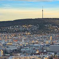 Blick über Stuttgart zum Fernsehturm mit umliegendem Wald