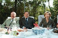 25 AUG 1999, BERLIN/GERMANY:<br /> Walter Momper, SPD Spitzenkandidat, und Gerhard Schröder, SPD, Bundeskanzler, und Ehefrau Doris Schröder, gemeinsam im Garten der Mompers bei Kartoffelsalat und Buletten, Kaffee und Kuchen<br /> IMAGE: 19990825-01/03-23<br /> KEYWORDS: Gerhard Schroeder, Doris Schroeder