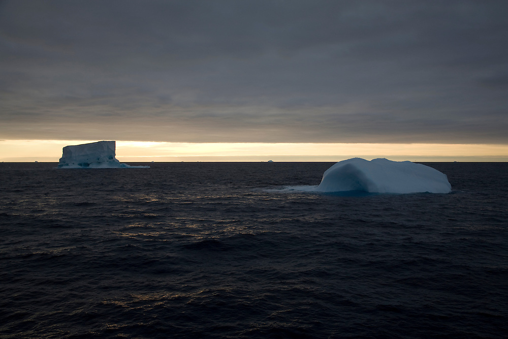 Febr. 12 2007. Southern Ocean. Icebergs float across the Ross Sea.