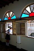 Caracas_VEN, Venezuela...Menina olhando pela janela em Caracas, capital da Venezuela..Girl looking through window in Caracas, Venezuela..Foto: JOAO MARCOS ROSA / NITRO
