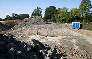 Nederland, the Netherlands, 1-9-2018Dijkversterking tussen Lottum en Grubbenvorst langs de rivier de Maas. Een van de projecten om het maaswater te beteugelen bij hoogwater . Hier wordt een nieuw stuk dijk aangelegd . Grondverzet door Ploegam . Noord Limburg, grondwerk, te zien is een doorsnede van een nieuwe dijk, met lagen grond en klei op elkaar.Foto: Flip Franssen