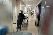 Nederland, Heerlen, 2-7-2004..Patient wordt voor operatie naar de operatiekamer, ok, o.k. in Atrium ziekenhuis Heerlen gereden. gezondheidszorg, ok verpleegkundigen,  assistenten, chirurgie, kosten, wachtlijsten, instrumenten, Medisch specialist, ziekte, transplantatie, donor, anesthesie..Foto: Flip Franssen