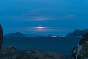 Moonrise over Valderhaugfjord, nearby Ålesund, Norway | Måneoppgang over Valderhaugfjord ved Ålesund. Godøy til Venstre,